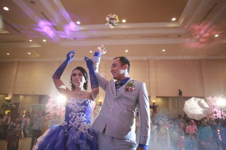 lempar bunga pernikahan